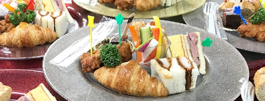 報道機関懇談会用のサンドイッチプレートのケータリング